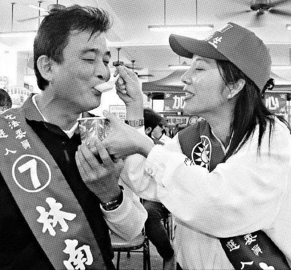 2004年台南市立委選舉,有博士學位的陳淑慧(右),為丈夫林南生(左)加油助選,...