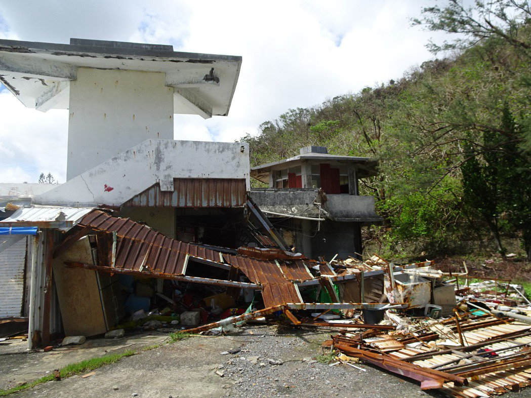 接連2個颱風襲台,屏東縣滿州鄉佳樂水風景區的老舊賣場建築像被轟炸過,鄉公所決定在...