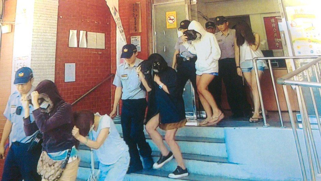 10名中年人2日凌晨在台北市大直一家汽車旅館開趴慶生,卻被中山分局警方查獲現場有...