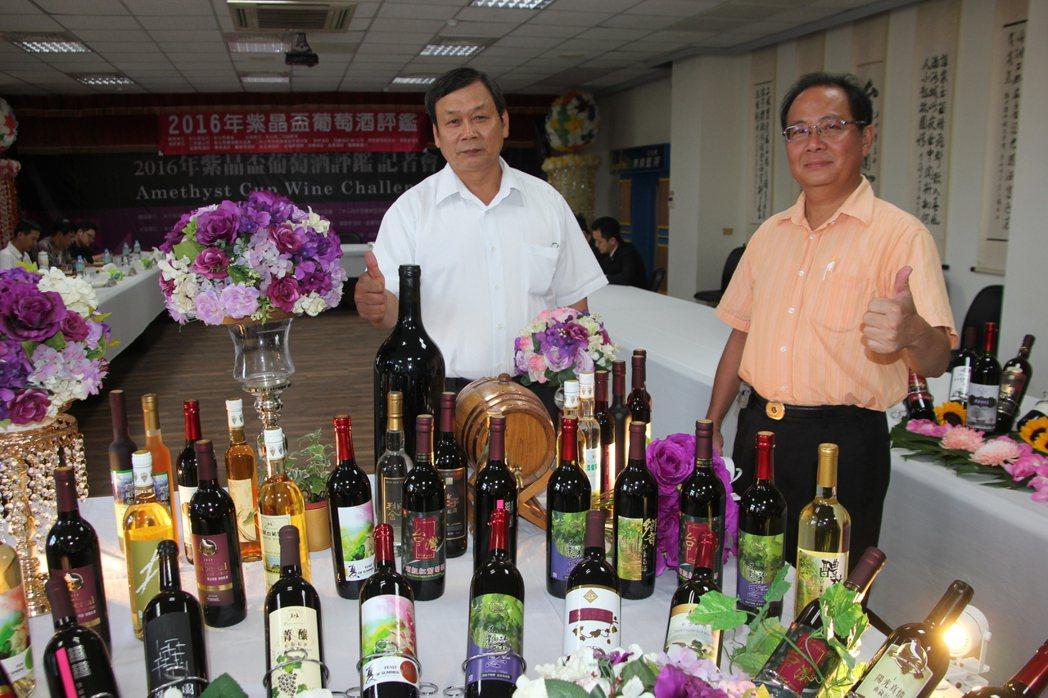 二林農會今天舉辦紫晶盃葡萄酒評鑑,二林葡萄酒近年打出名號,不過今年受梅姬颱風影響...
