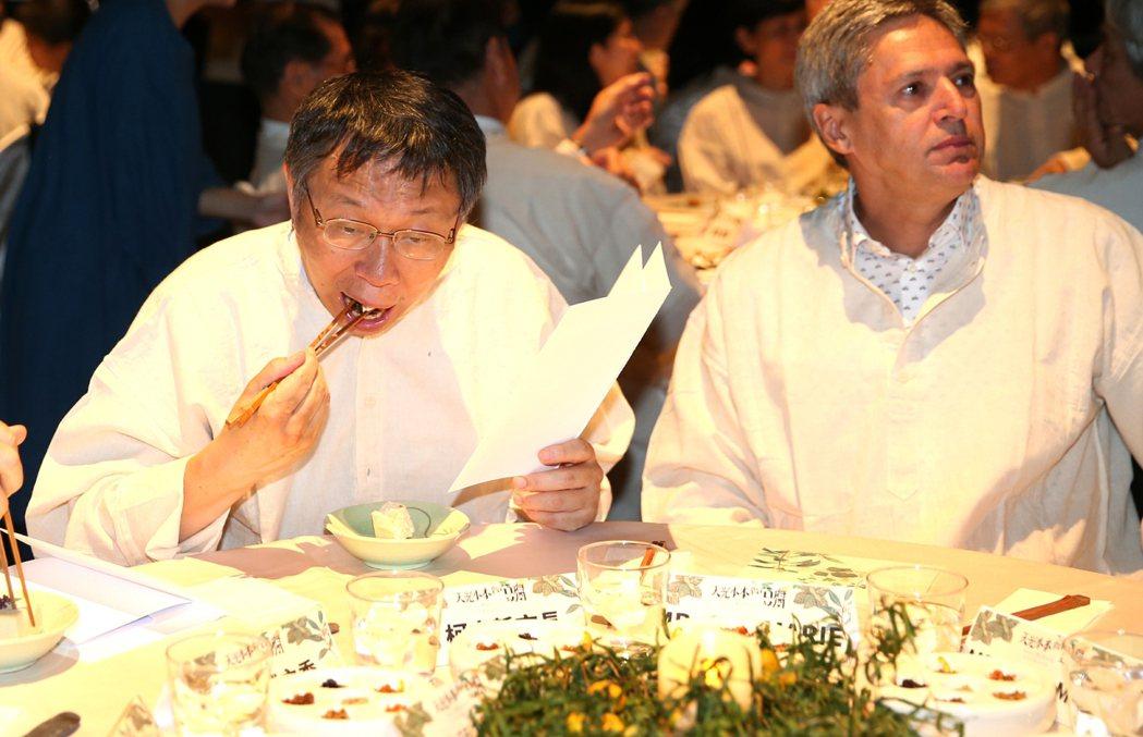 台北市長柯文哲(左)今晚與加拿大駐台代表穿著近豆腐白的棉布衣,品嘗豆腐餐。記者侯...