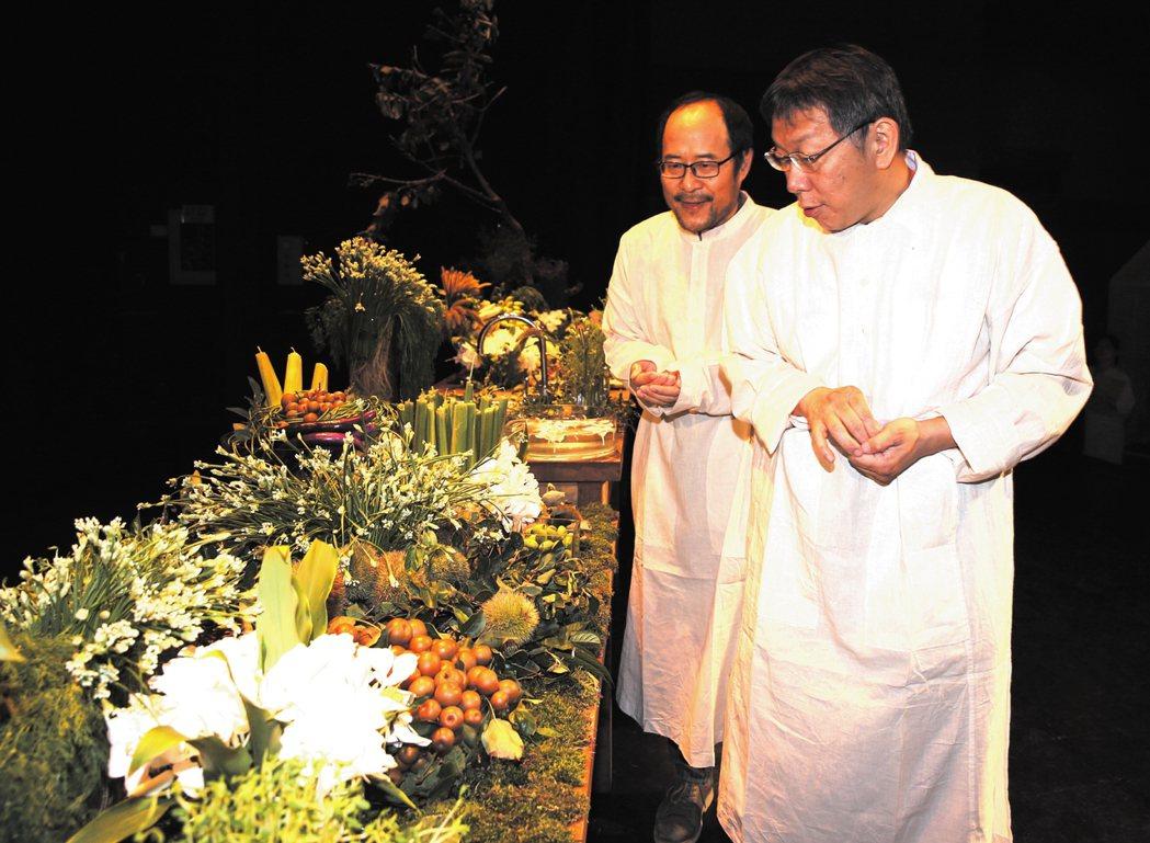 台北市長柯文哲今晚穿著近豆腐白的棉布衣,觀賞香草植物及花菜等佈置。記者侯永全/攝...