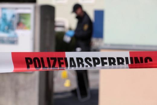 德國德勒斯登一間清真寺於上周一夜晚遭到炸彈攻擊,圖為警方隔天入內進行調查畫面。圖...