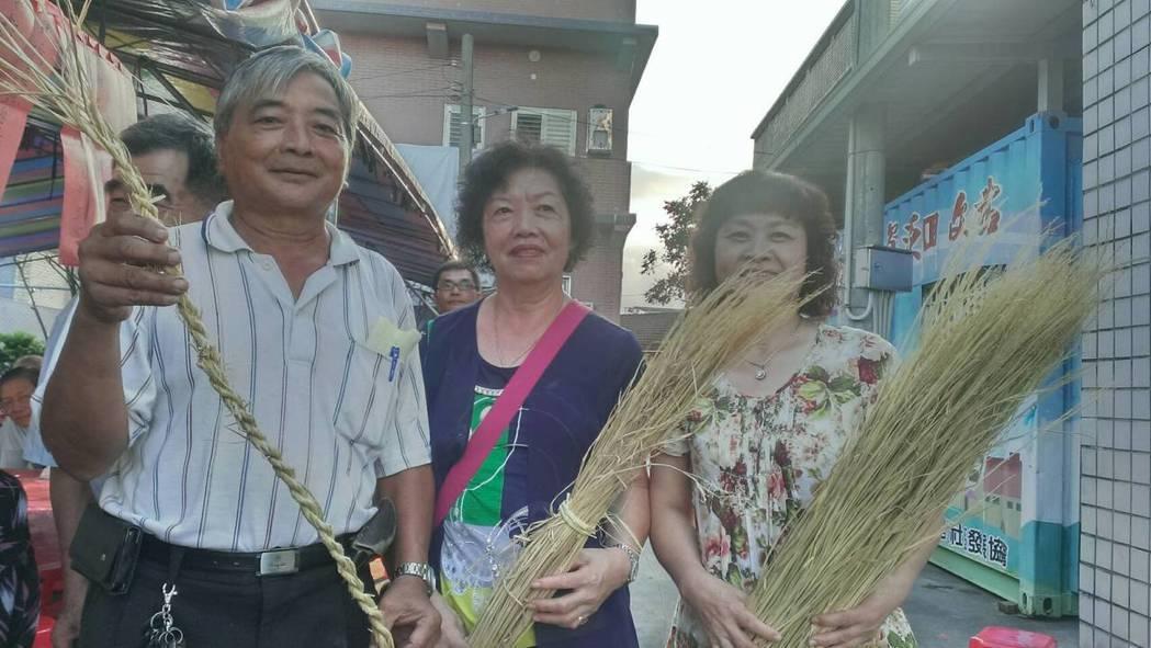 尾塹社區重陽活動邀請長者搓草繩,重溫兒時記憶。記者吳佩旻/攝影