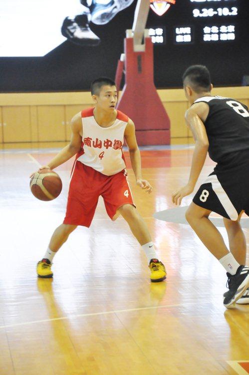 南山後衛陳又瑋(左)盤球找傳球機會。    記者曾思儒/攝影