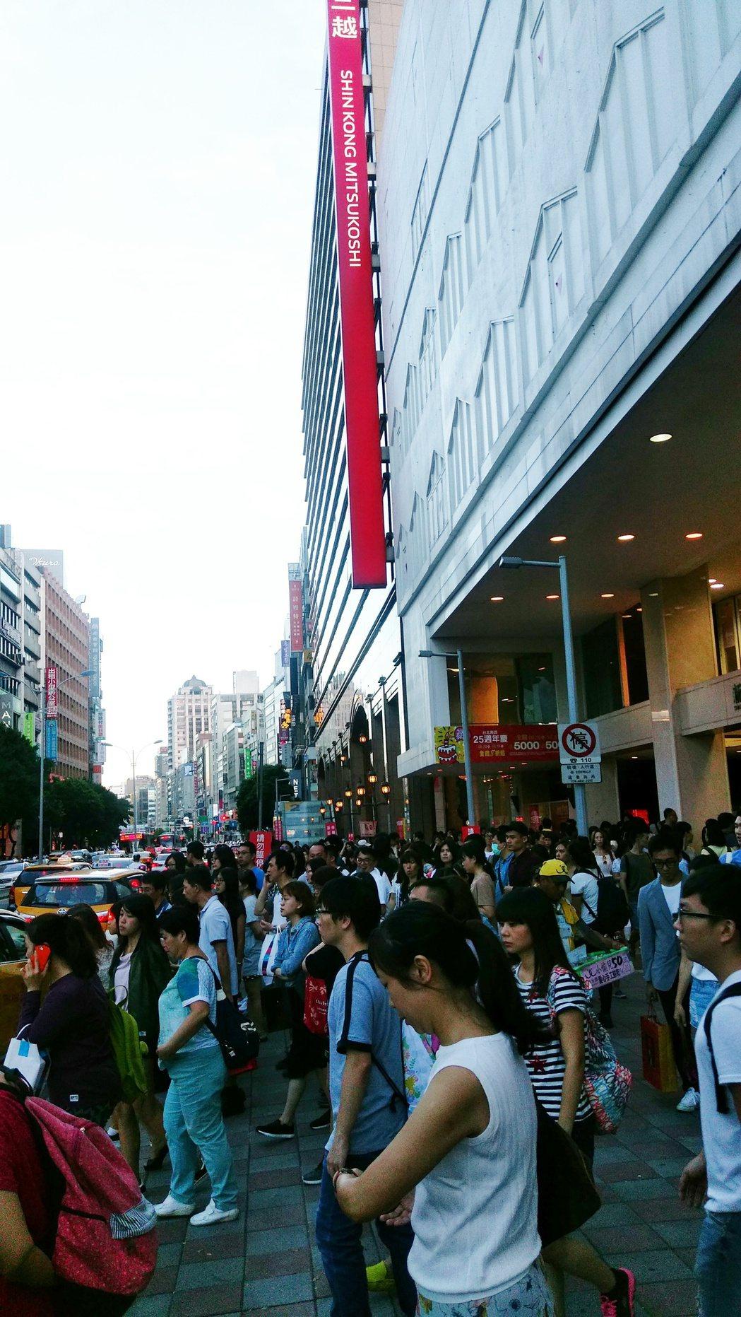 新光三越南西店周年慶,湧現購物人潮。記者江佩君╱攝影