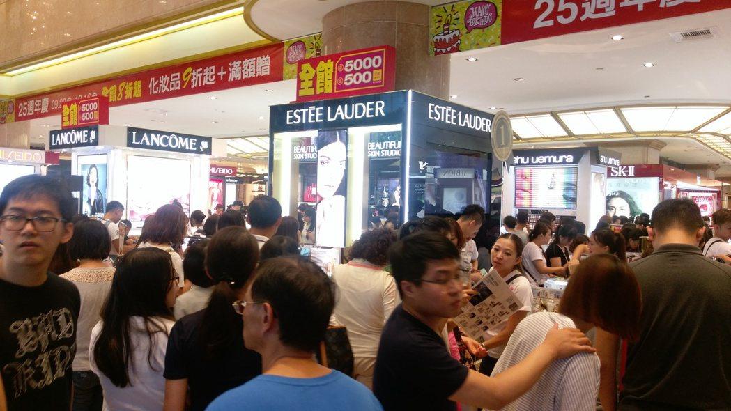 周年慶開跑第一個假日,新光三越南西店館內擠滿購物人潮。記者江佩君╱攝影