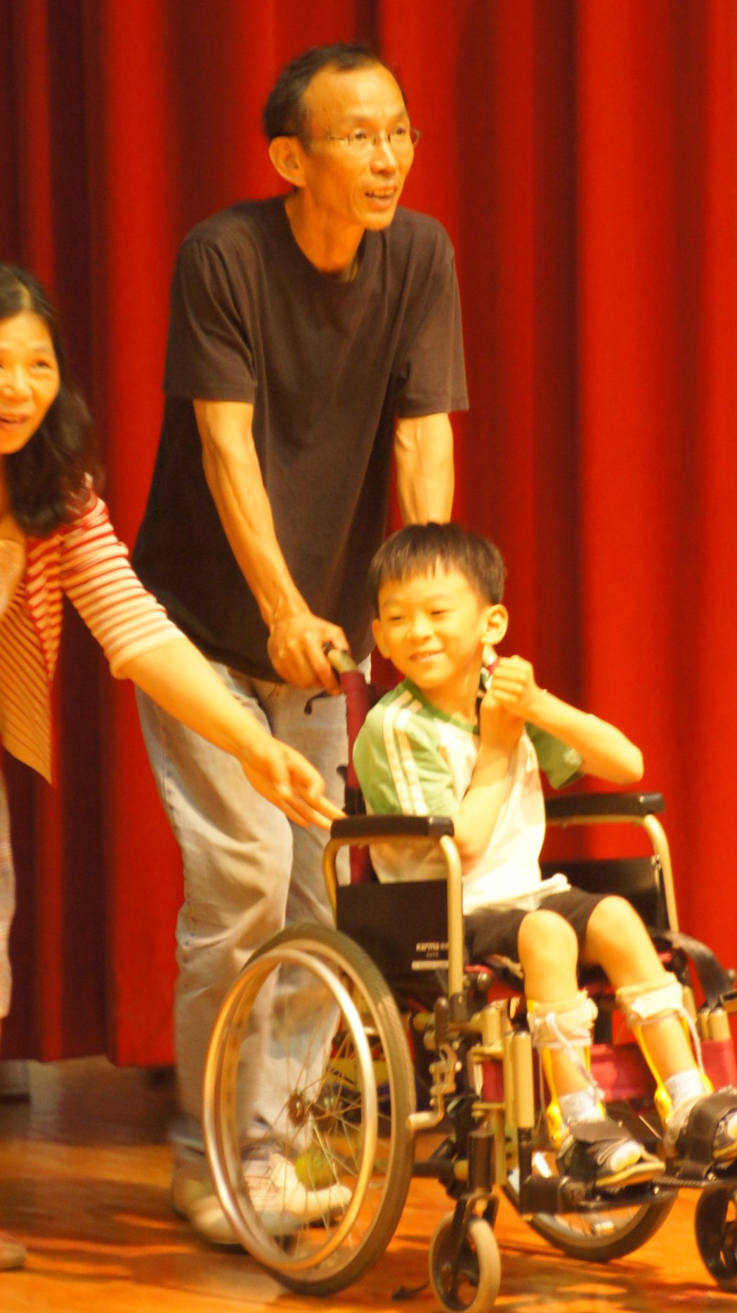 10歲腦麻男童林易從小輪椅代步,但音樂豐富他的內心,自學作曲,林父鼓勵林易投稿參...