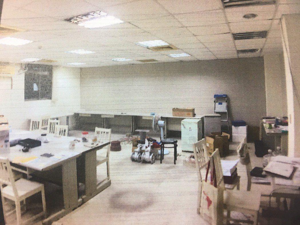 廠房雖然閒置,但房東留了一小間辦公室放置私人物品,被鄭姓主嫌等人侵入行竊。 記者...