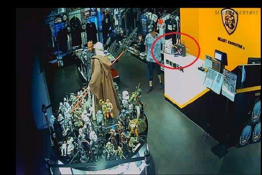 李嫌為籌錢繳罰金免入監,在光華商場行竊手機與平板電腦。圖/記者廖炳棋翻攝