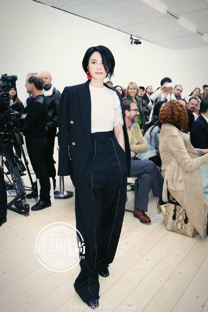 王菲現身2017巴黎時裝周CELINE秀場,以簡單帥氣造型展現其高冷時尚。圖/摘...