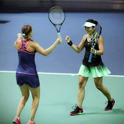 莊佳容(右)和烏克蘭搭檔小朋達蘭柯打下北京女網賽首輪勝利。 圖/取自莊佳容粉絲團