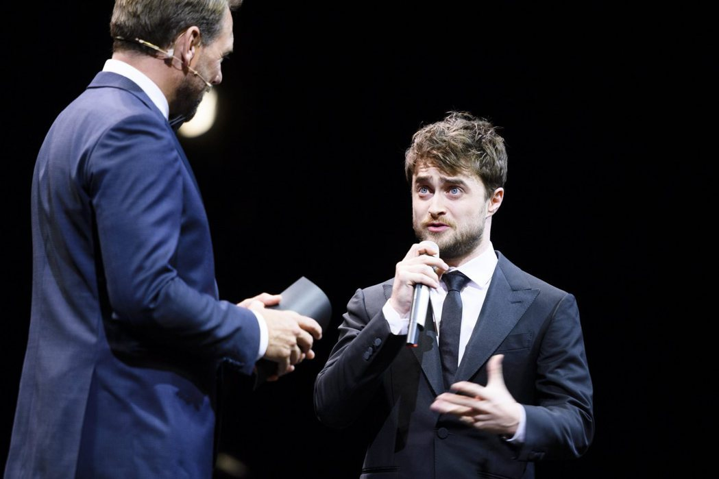 「哈利波特」系列男星丹尼爾雷德克里夫(右)懂得守財更自由。圖/歐新社