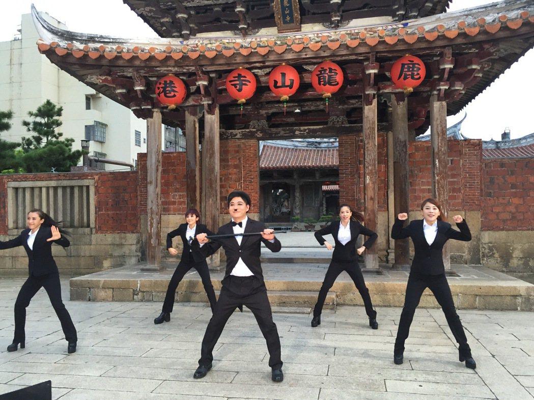 總鋪師歌手陳隨意拍新歌「鹿港思帶路」MV,有卓別林、說書人等6種造型。圖/豪記提...