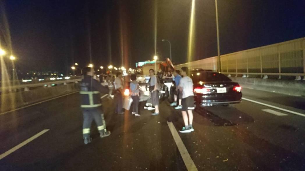 國道1號汐五高架晚間9時許發生5輛車擦撞事故,救護車送2名輕傷患者就醫。記者林昭...
