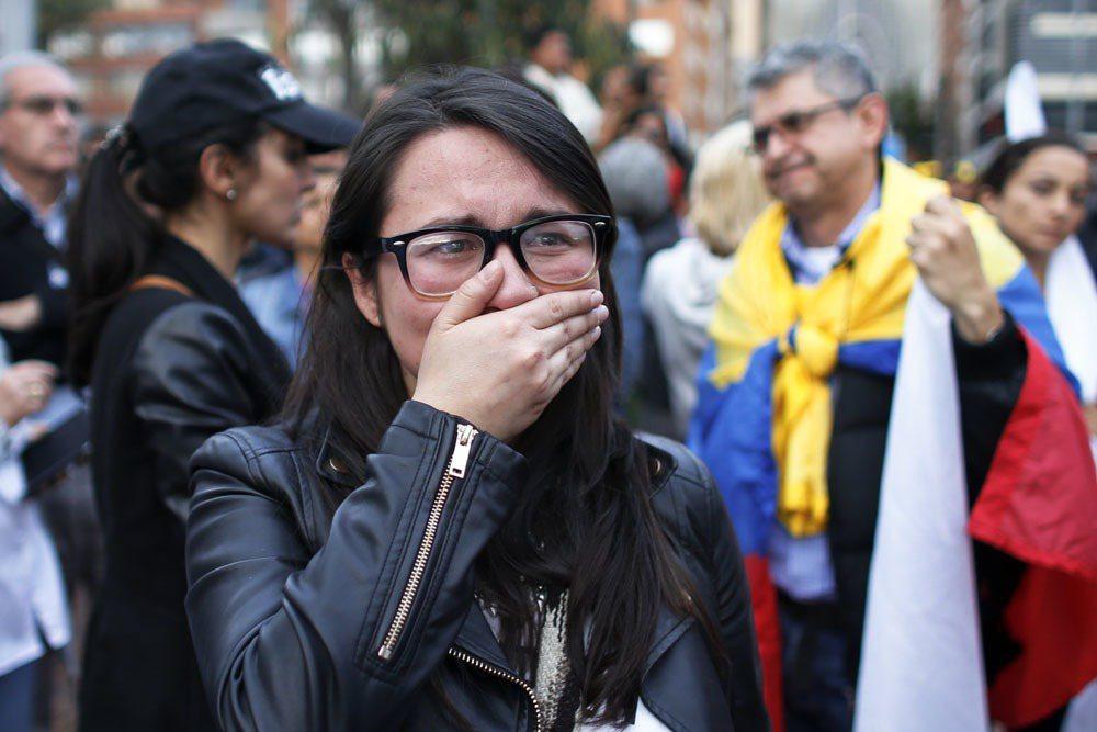 哥倫比亞公投否決和平協議,一名投贊成票的民眾忍不住哭了。 美聯社