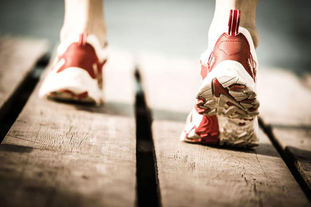 一名37歲的男性熱愛運動,每次都能運動上4至5個小時,但卻在運動時發生急性心肌梗...