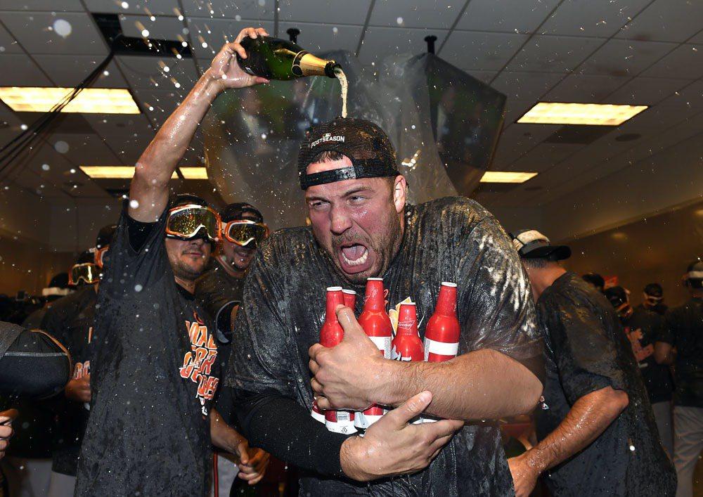 金鶯挺進季後賽,投手杭特享受香檳浴。 美聯社