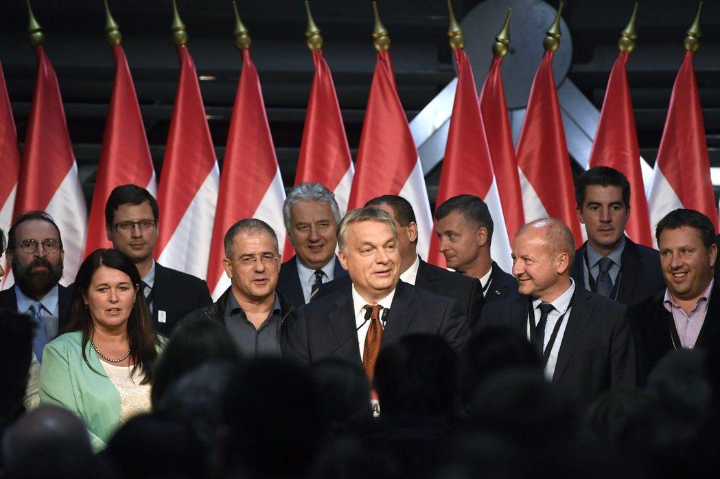 匈牙利總理奧班發動的反歐盟移民配額公投,2日儘管有高達99.8%的選民投下贊成票...