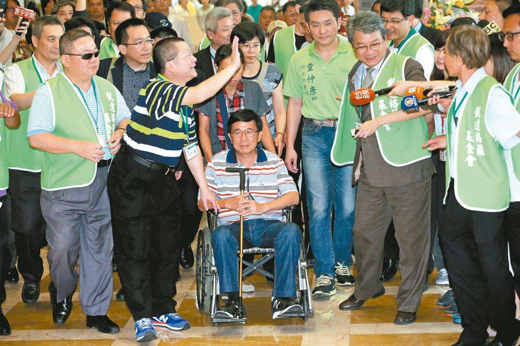 前總統陳水扁(坐者)會不會出席國慶典禮,要看身體狀況。 本報系資料照