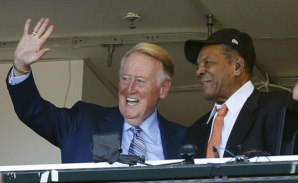 道奇隊傳奇主播史考利(左)完成生涯最後一場球賽播報。 美聯社