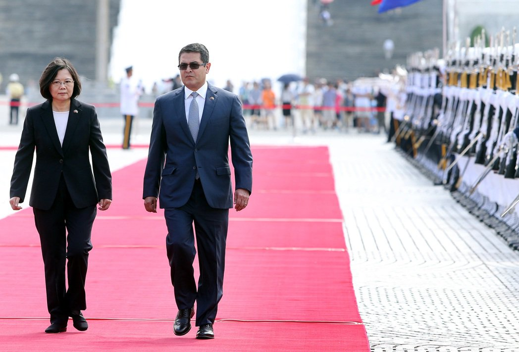 蔡英文總統(左)上午與宏都拉斯共和國總統葉南德茲(右)在軍禮歡迎儀式中,校閱三軍...