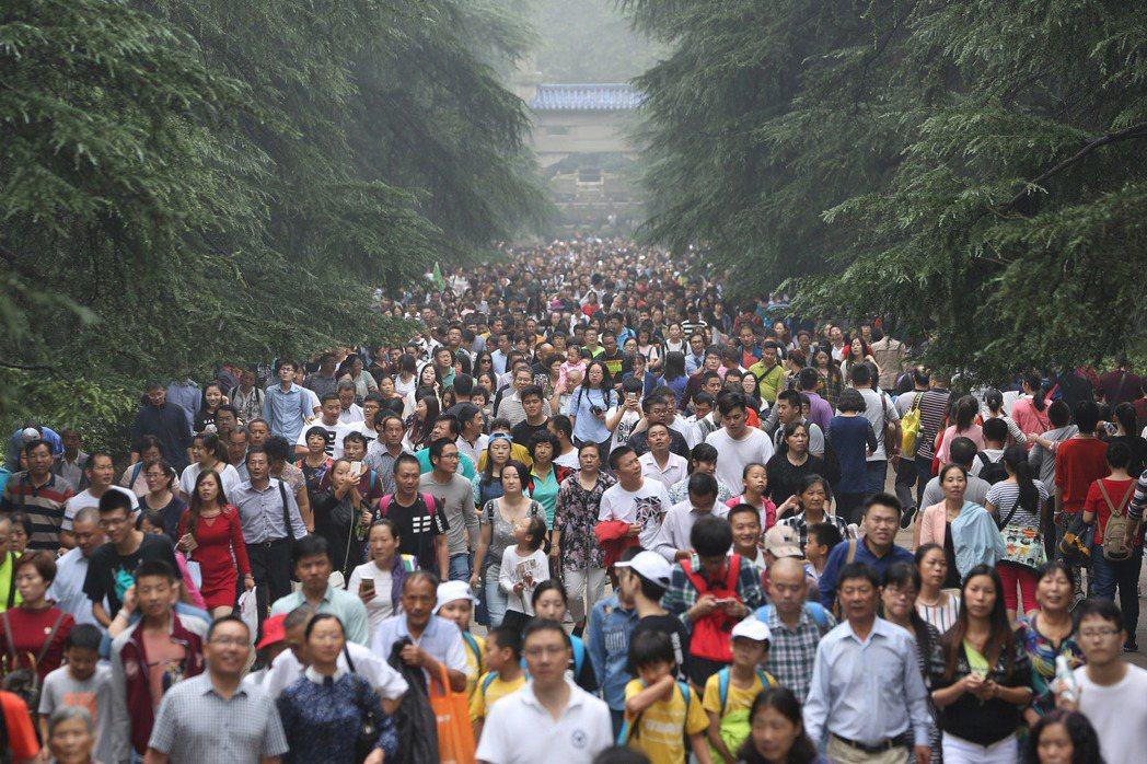 南京中山陵也有大批遊客進入參觀,據景區官方發布的統計,核心景區總客流累計達到25...