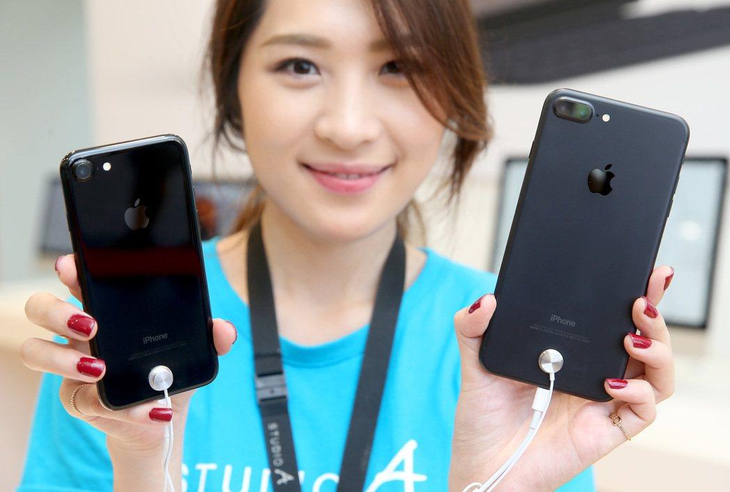 蘋果強調iPhone7鏡頭用藍寶石水晶玻璃保護鏡保護。 聯合報系資料照