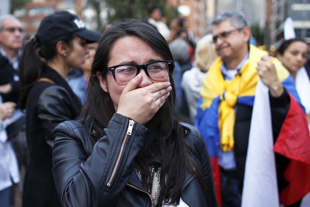 獲知和平協議被公投否決後,失望的哥倫比亞民眾當場在街頭哭了起來。 圖/美聯社