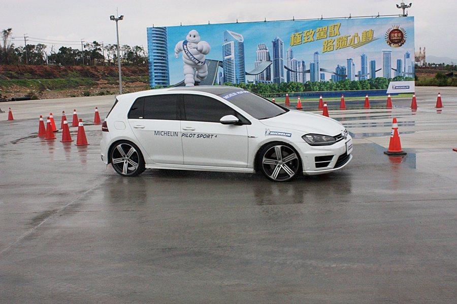 車手陳俊杉示範濕地繞圓測試。 記者林和謙/攝影