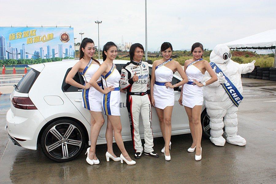 車手陳俊杉(左三)受邀參與Pilot Sport 4試胎。 記者林和謙/攝影