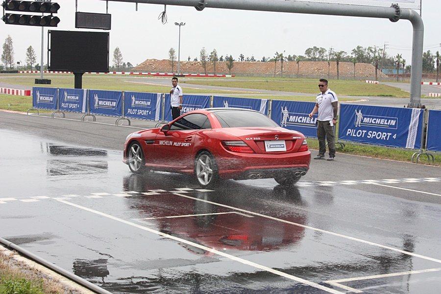 Pilot Sport 4溼地直線加速煞停測試。 記者林和謙/攝影