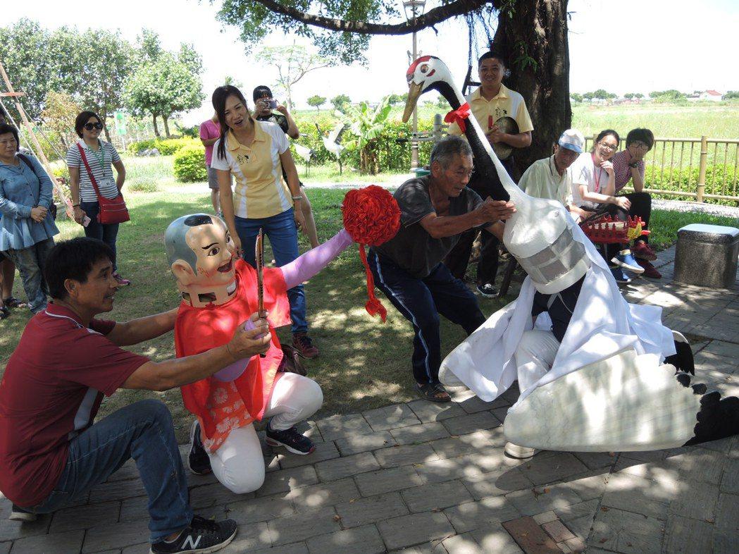 七股區樹林里以白鶴陣聞名,舉辦農業文化體驗活動,供遊客體驗「童子戲白鶴」戲碼。記...