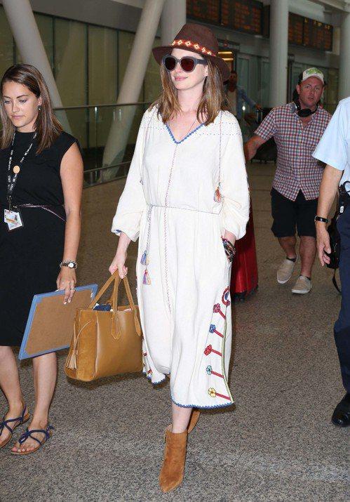 安海瑟薇手提Longchamp Penelope 托特包現身多倫多國際機場。圖/...