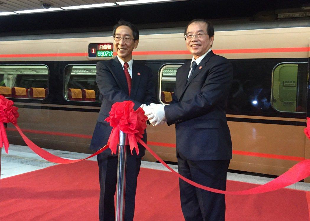 台鐵局長鹿潔身(右)與東武鐵道根津社長(左)剪綵。記者侯俐安/攝影