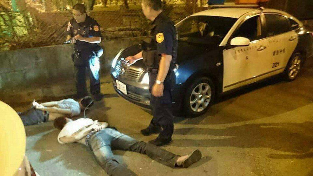高雄市保安大隊員警自卡在死胡同的轎車內,拖下許姓、謝姓2男子。記者林保光/翻攝