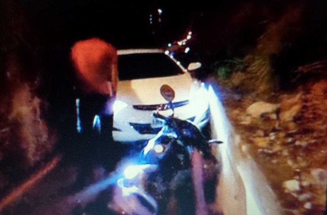許姓通緝犯開白色轎車衝入死胡同,車頭卡住,無法前進。記者林保光/翻攝