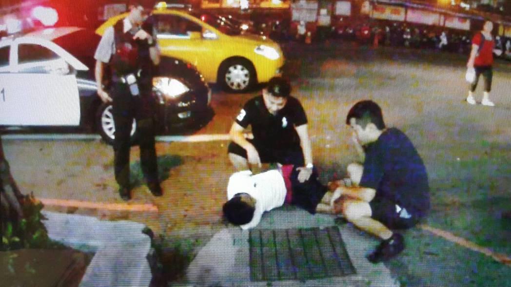 張男偷計程車放款還兼載客,當街被警方逮捕。圖/中壢警分局提供