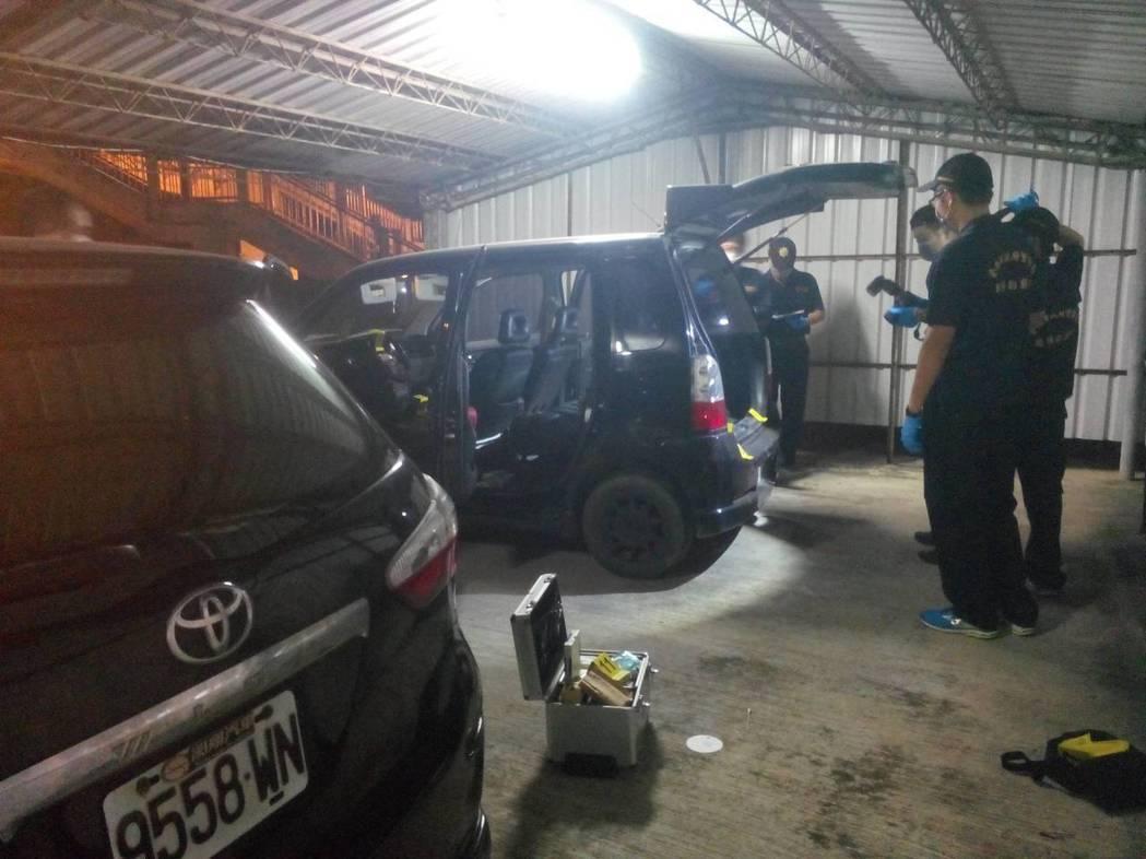 警方在死者車上找到血跡等證物。圖/三分局提供
