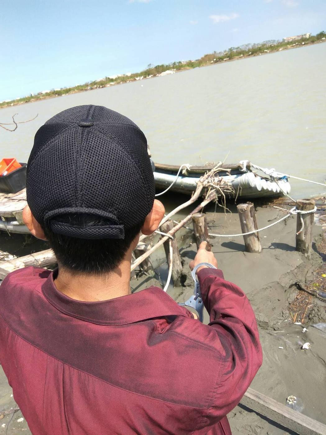 許勝凱帶員警到曾文溪畔找尋棄槍。圖/警方提供