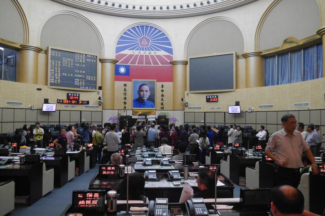 台南市議會國民黨團為抵制民進黨團召開會議,在主席台舉牌抗議。記者鄭維真/攝影