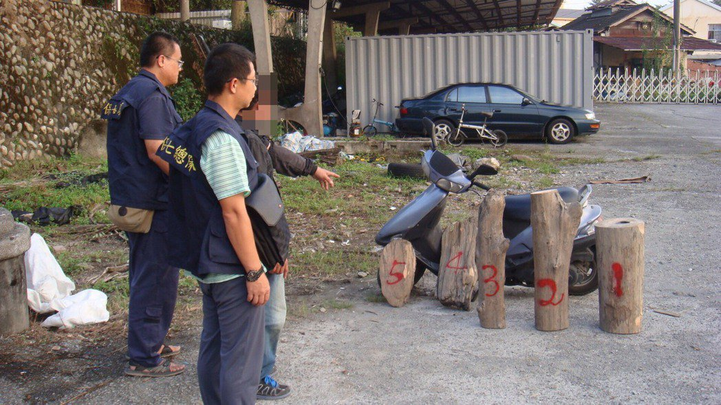 保七竹六大隊警方日前在水里查獲陳嫌騎乘重型機車以前踏板載運5塊漂流木,經驗為國有...