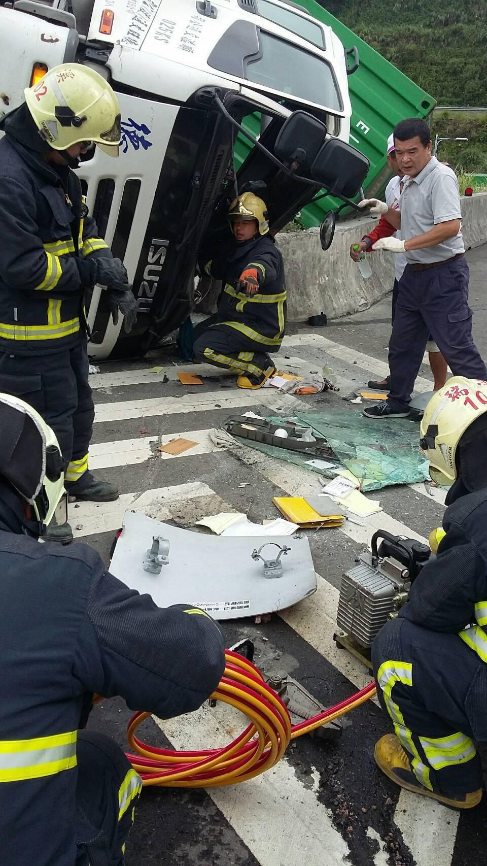 發生意外的貨櫃車頭嚴重變形。記者張芮瑜/翻攝