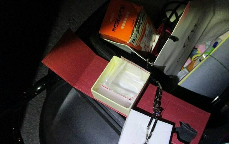 台中市警方在周的機車置物箱1個首飾盒裡查獲K他命5小包。照片/警方提供