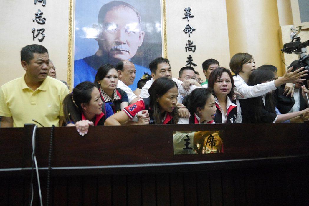 國民黨議員阻擋代理議長郭信良上主席台宣布會議進行,藍綠雙方展開拉扯、推擠。記者鄭...