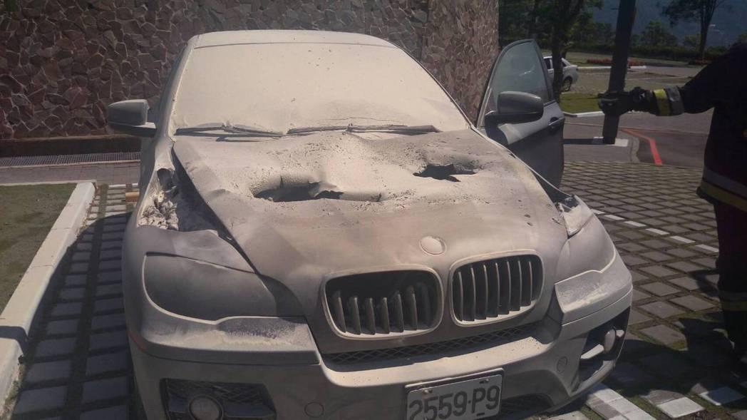 黑色車子的引擎蓋燒到穿透破洞。圖/消防隊提供