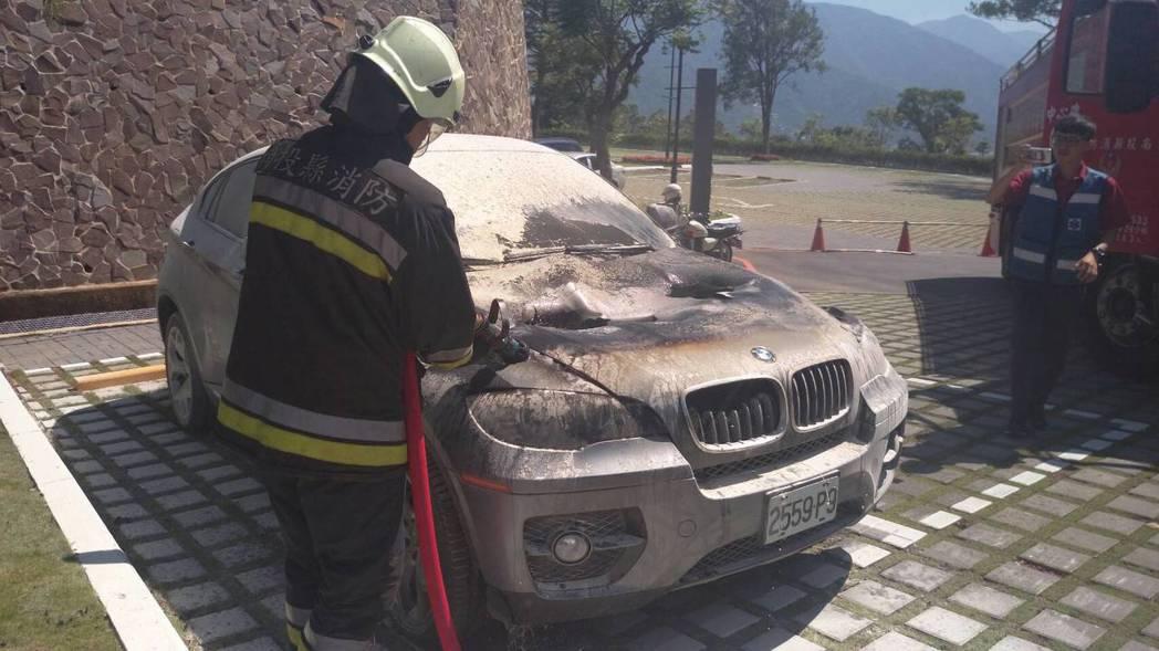 一輛黑色名車今早停在中台博物館停車場,卻起火燃燒,消防隊緊急灌水降溫。圖/消防隊...