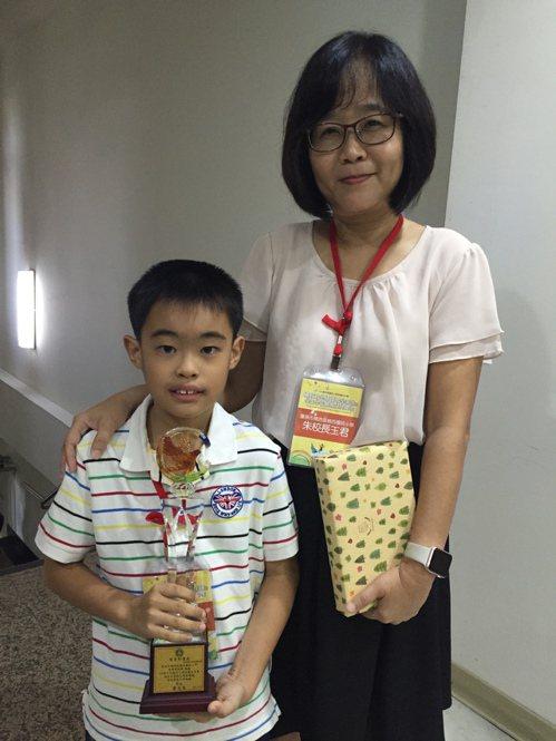 台南市楠西國小五年級學生曹榮坤從小身體比同齡學生差,但他從不以生病作為不學習的擋...