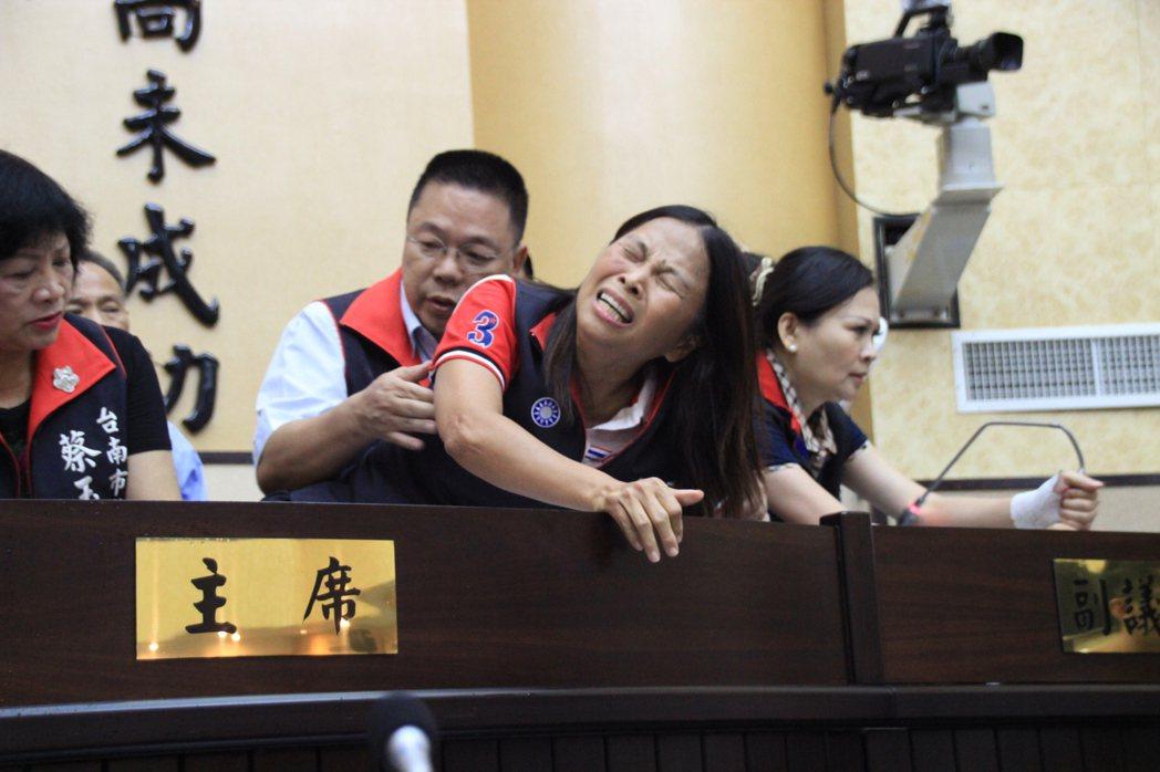 國民黨市議員王家貞在推擠中掛彩送醫。記者曹馥年/攝影