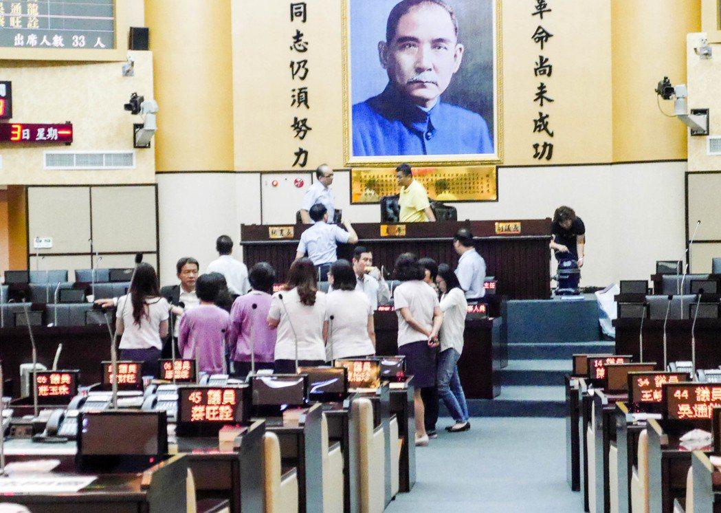 台南市議會下午將進行議長補選,由於是議長記名投票首例,議事人員繃緊神經,在衝突後...